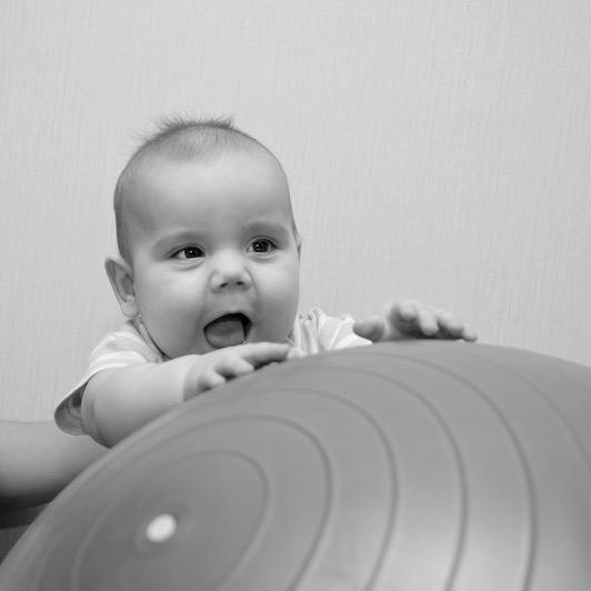 Baby mit Therapieball  Kinderphysiotherapie Barbara Graf